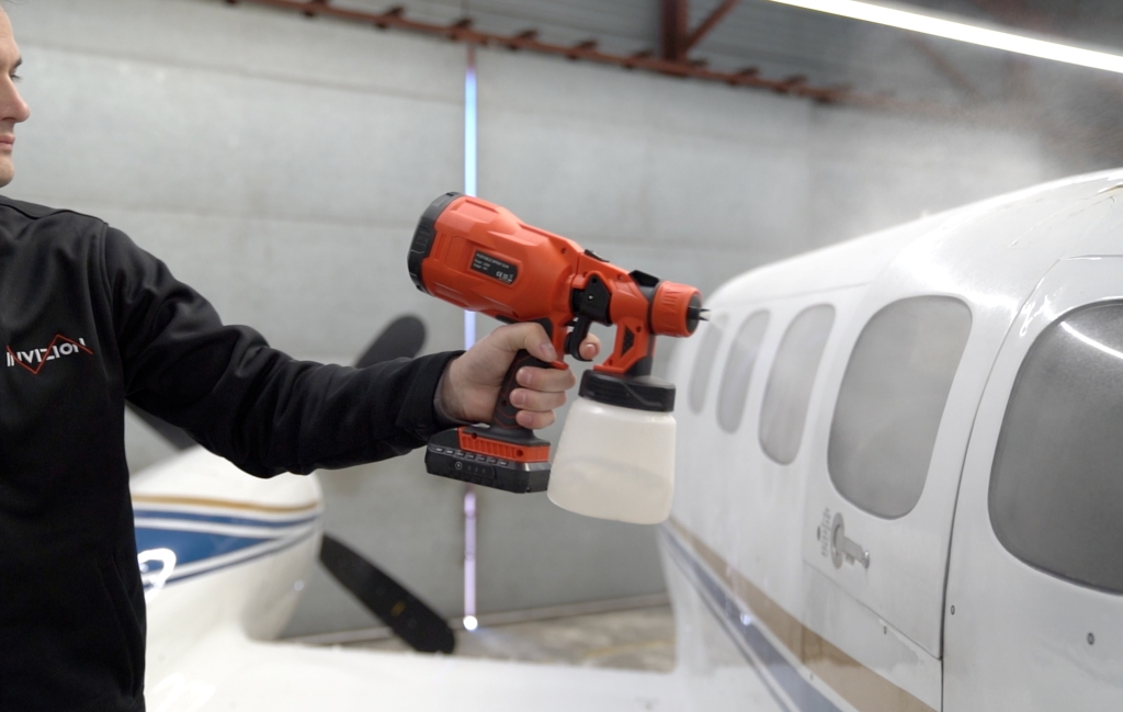 Matowienie powierzchni samolotu Cessna pistoletem natryskowym AESUB Green