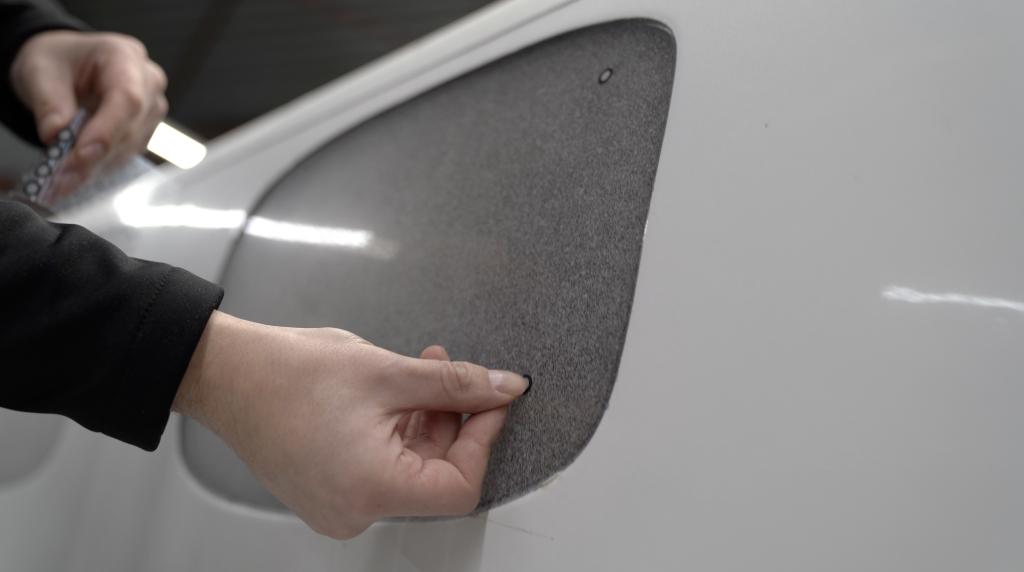 Naklejanie punktow na spray AESUB Green przed skanowaniem 3D