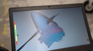 Chmura punktów pomiarowych w widoku na żywo podczas skanowania 3D silnika samolotu